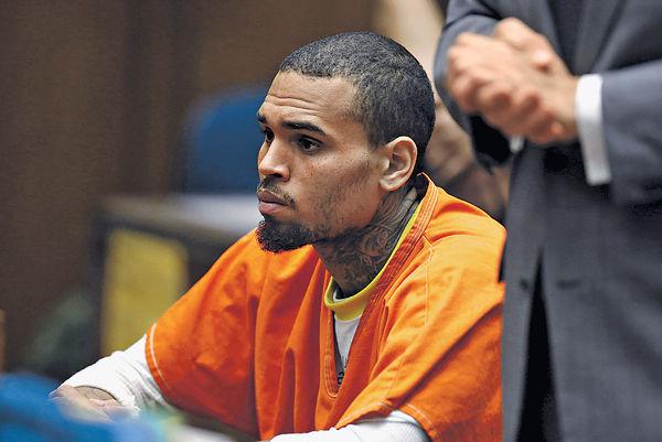 Chris Brown涉用槍指嚇女模被捕