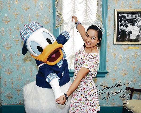 李慧詩變迪士尼公主 問唐老鴨攞簽名