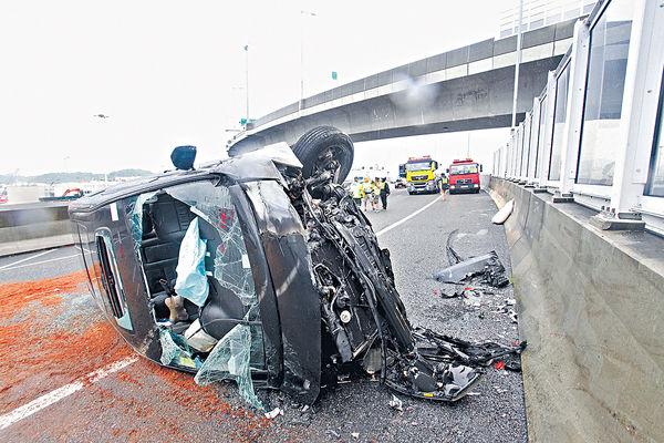 7人車撞壆翻側 3人輕傷