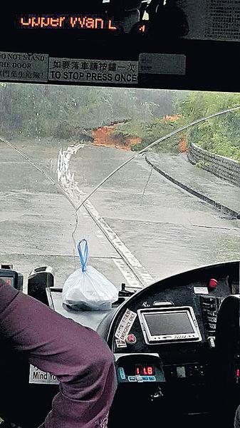 山泥傾瀉斷行車綫 大嶼山交通受阻