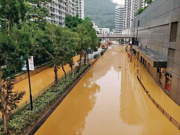鹹淡水管齊爆 葵涌馬路變黃河