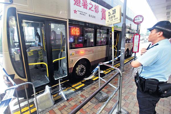 辦公椅被拒上巴士 惡女怒毁車門