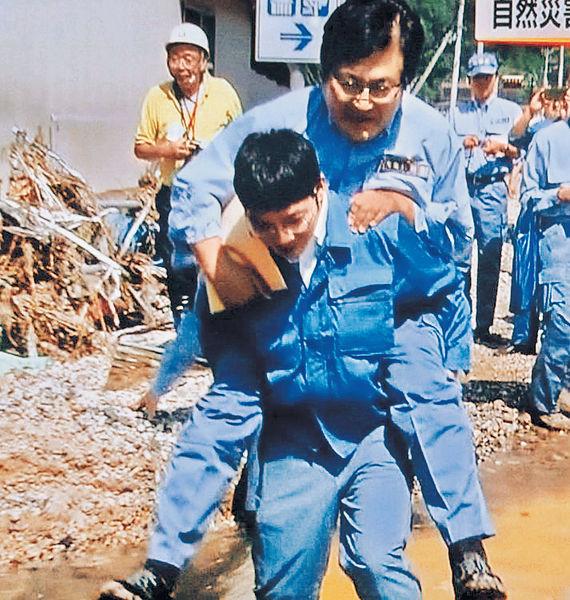 日高官視察風災 要職員揹過水窪