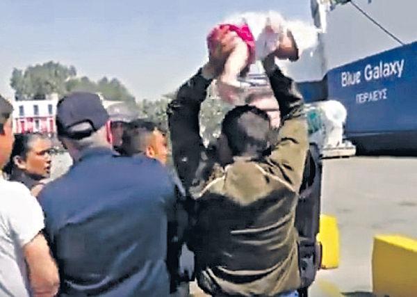 不滿被遣返 難民圖掟B