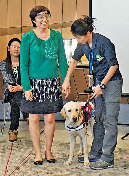 捐$99接受導盲犬引領 太古坊感受視障生活