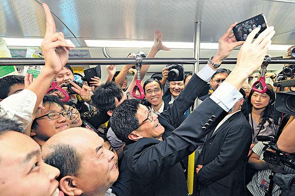 新站開通好興奮 港鐵CEO車廂玩自拍