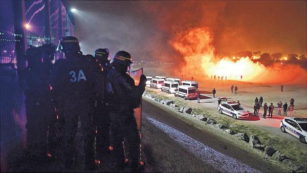 法拆「難民叢林」 爆衝突