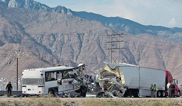 加州旅巴撼貨櫃車 13死31傷