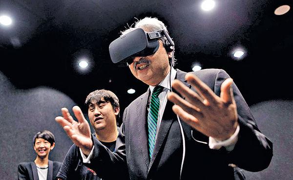 財爺fb總部玩VR 模擬高空睇風景
