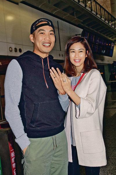 新婚即返港 香香強強機場狂曬恩愛