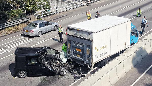 7人車撼拋錨貨車 司機夾斃