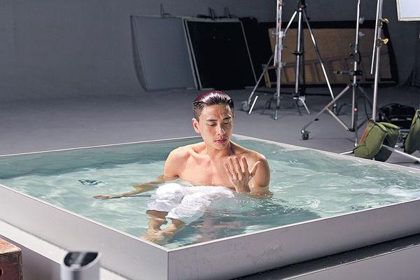 情侶檔拍廣告吸金 黃宗澤半裸濕身曬肌