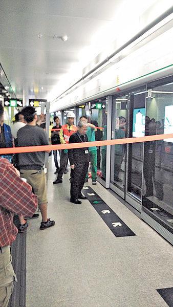 何文田站爆幕門 觀塘綫列車受阻