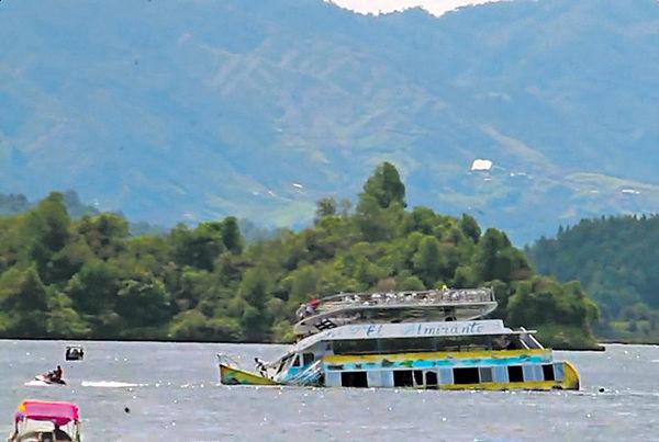哥國觀光船超載沉沒 6死31失蹤