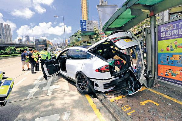 Tesla剷巴士站傷2人