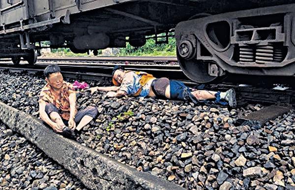 一腿換一命 重慶男跳火車救婆婆