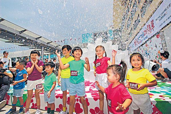 海港城夢幻金字塔 噴出千萬個泡泡