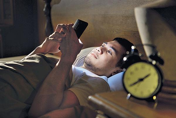 睡前玩手機 易患飛蚊症