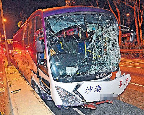 新田公路3車相撞 旅巴司機拋車外慘死