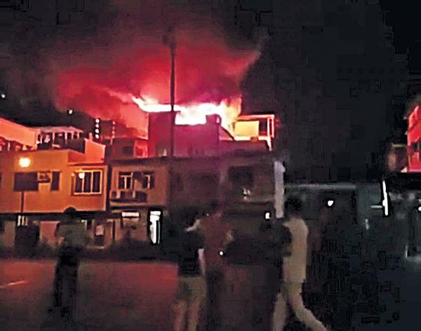 村屋起火爆炸 60人連夜疏散