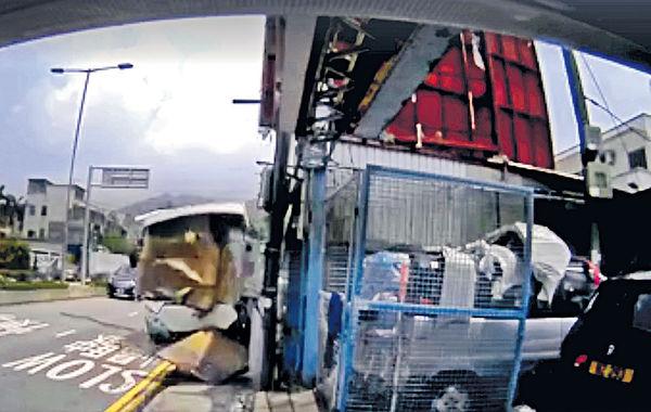 司機疑頭暈 邨巴失控剷行人路