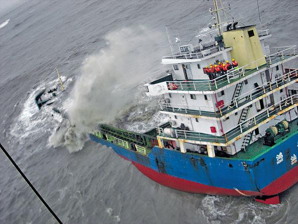 貨船下沉 11船員獲救