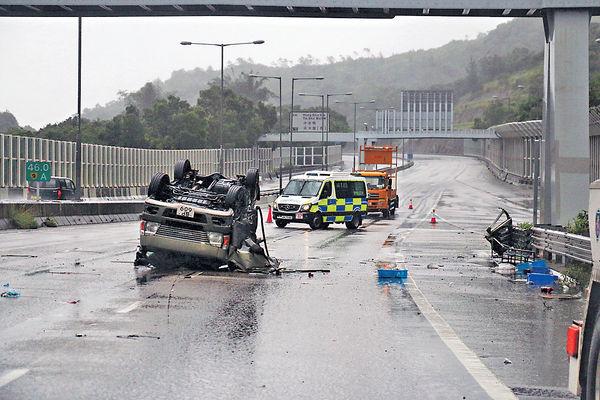 貨Van撞欄反肚 繫安全帶司機拋出車亡