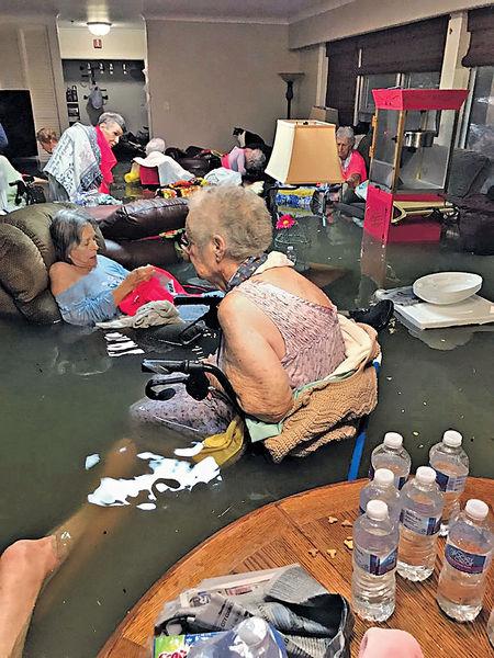洪水淹護老院 休斯敦7萬災民求救