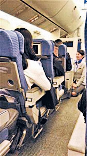 內地婦爭放行李打交 累全機乘客等2個鐘