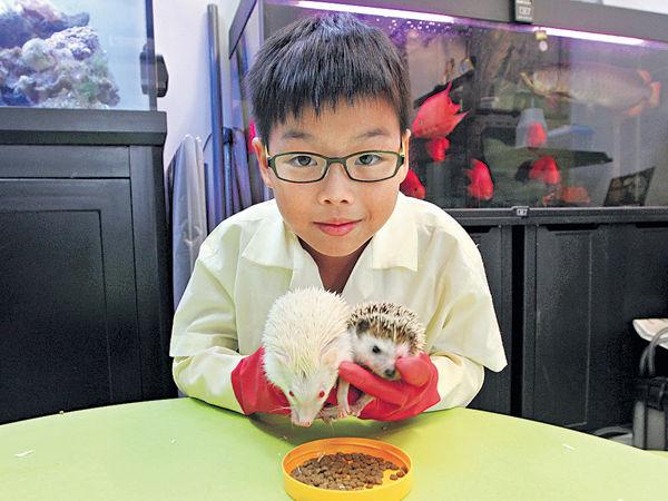 弱勢學生親親小動物 培養責任心