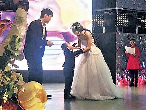 4歲癌童辦婚禮 媽媽穿婚紗扮新娘
