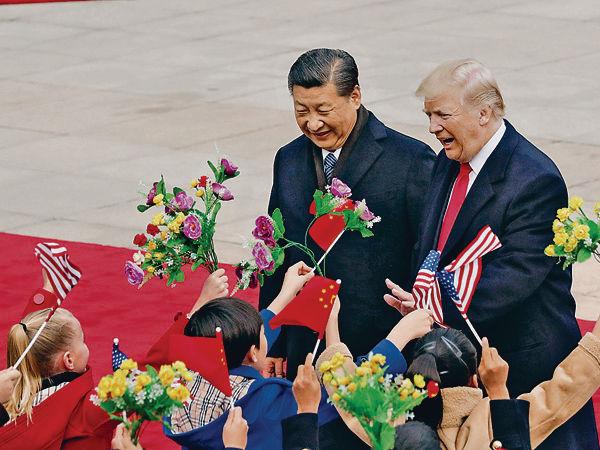 歡迎儀式創新 在華美童揮國旗