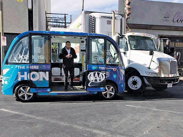 美首輛無人駕駛巴士 落地兩小時被撞