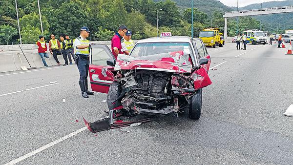 5車連環撞 的士司機慘死