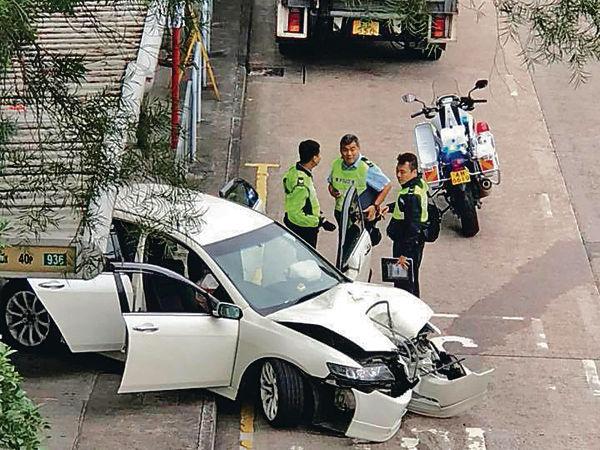 私家車剷巴士站 司機涉危駕