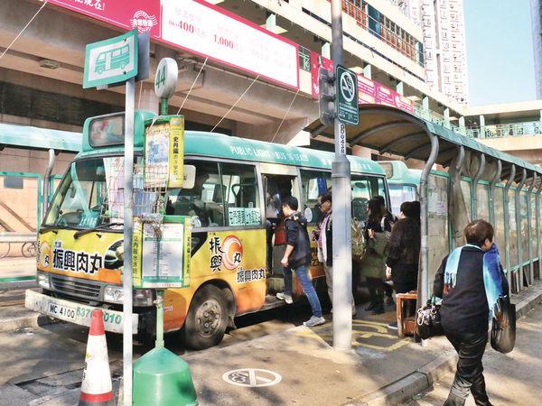 司機暈倒 綠Van無人駕駛 2乘客出手救全車