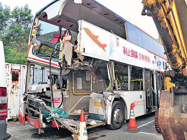 機場巴士撼貨車 3乘客重傷