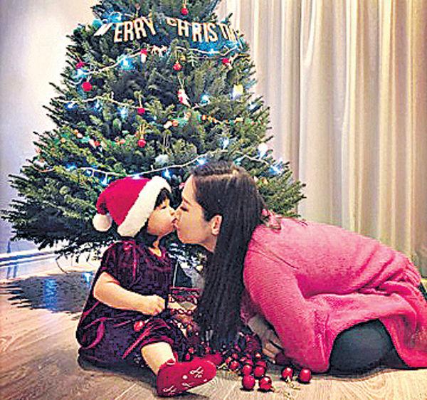 關心妍偕囡囡布置聖誕樹