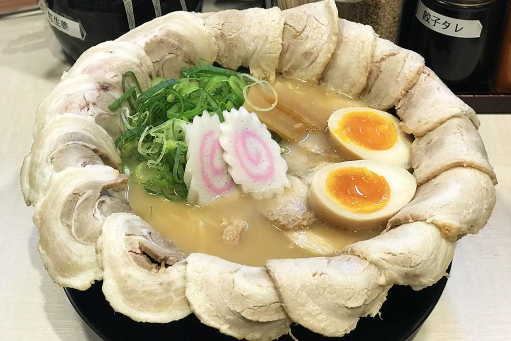 在大阪道頓堀血拼後想醫肚的朋友可試試作ノ作拉麵千日前本店,主打巨無霸拉麵鋪滿叉燒,至啱食肉獸!