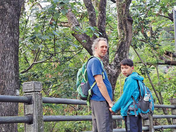 外籍爸爸設計親子遊路綫 走入古村落
