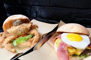 【西環美食】西環自家手打牛肉漢堡店 特濃芝士牛肉漢堡/原隻炸軟殼蟹漢堡/香草芝士條