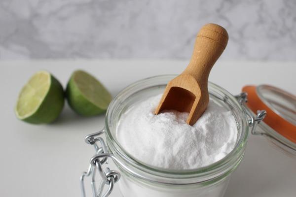 2. 梳打粉| 家中其中一種常見的材料是梳打粉,梳打粉加熱水也可以達到殺菌的效果。若有茶漬或咖啡漬時,也可以用梳打粉除污。