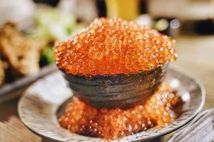 日本東京人氣日式料理餐廳「原始炭焼いろり家」 熱賣滿瀉三文魚籽爆丼飯
