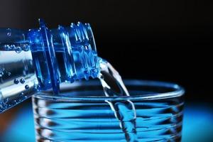 【飲水】研究:飲一年樽裝水比自來水多22倍塑膠微粒 有毒物質或會損害健康