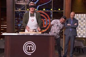 【斬雞方法】Master Chef地獄廚神Gordon Ramsay蒙眼手起刀落  教你輕鬆簡易斬雞方法