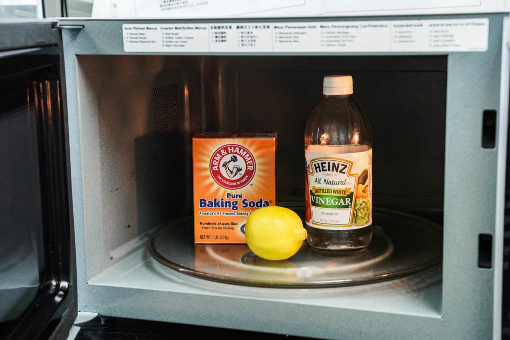 長期不清潔隨時變細菌溫床?! 6個簡單方法清除微波爐污跡/除臭