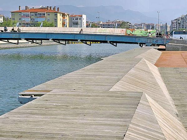 Bostanli行人橋與日落客廳