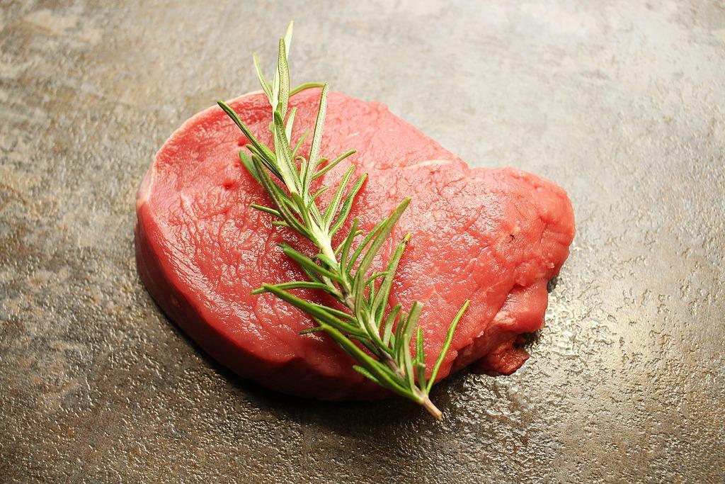 【食物安全】痾出5米長活寄生蟲!22歲女入境隨俗食未熟生牛肉感染絛蟲