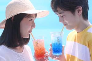 【日本麥當勞】日本麥當勞夏日特飲創意透明汽水杯廣告  轉一轉角度插畫瞬間變成甜蜜畫面