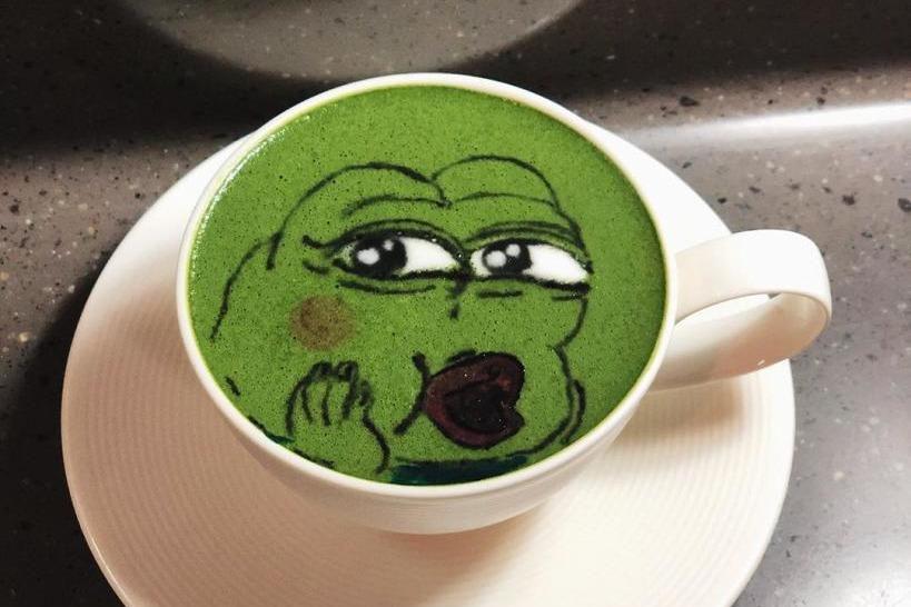 【銅鑼灣美食】WhatsApp Stickers青蛙亂入銅鑼灣Cafe 咖啡拉花拉出Pepe騎呢神情